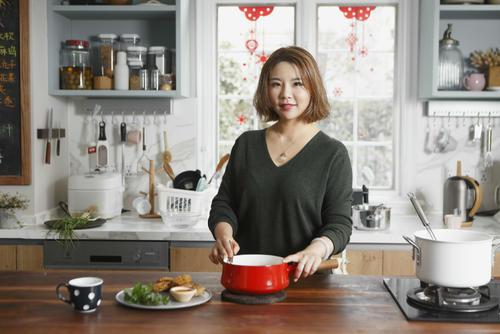 获吴晓波曹国熊1000万投资 600万粉丝小厨娘转型电商 10款小巧厨具在售