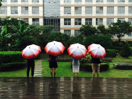 首发 | 共享单车玩家再搏共享雨伞:拿下苏宁4000门店 种子轮融资300万