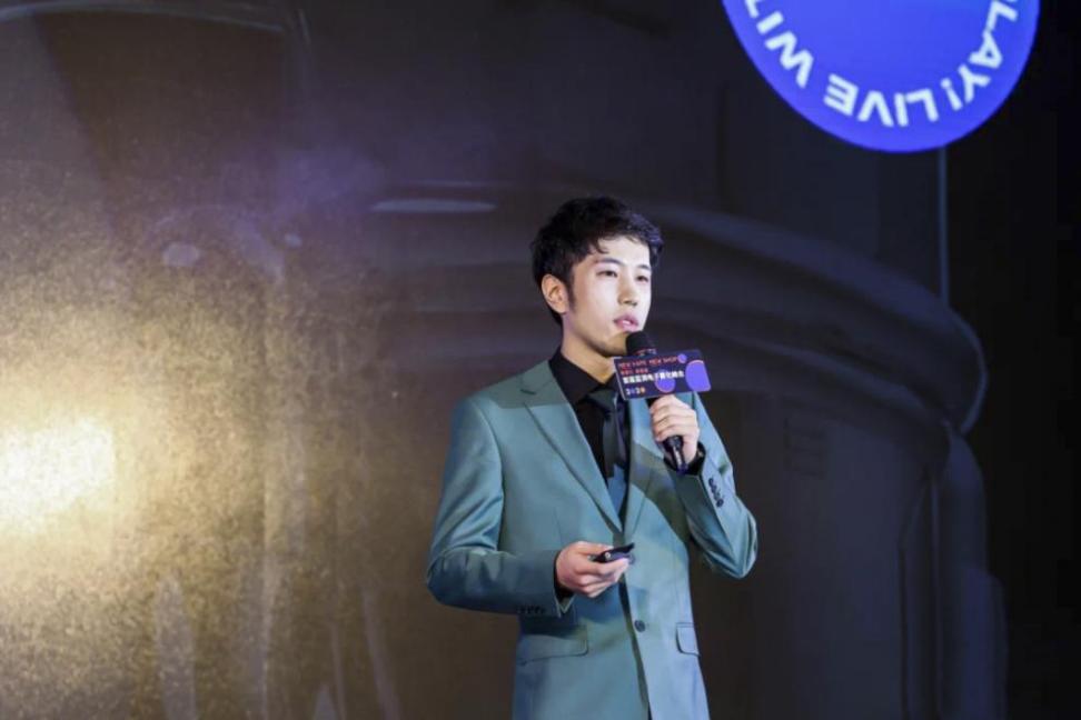 刘东原有个习惯:每次公开露面,他都会穿高定西装,以示对在场所有人的尊重。