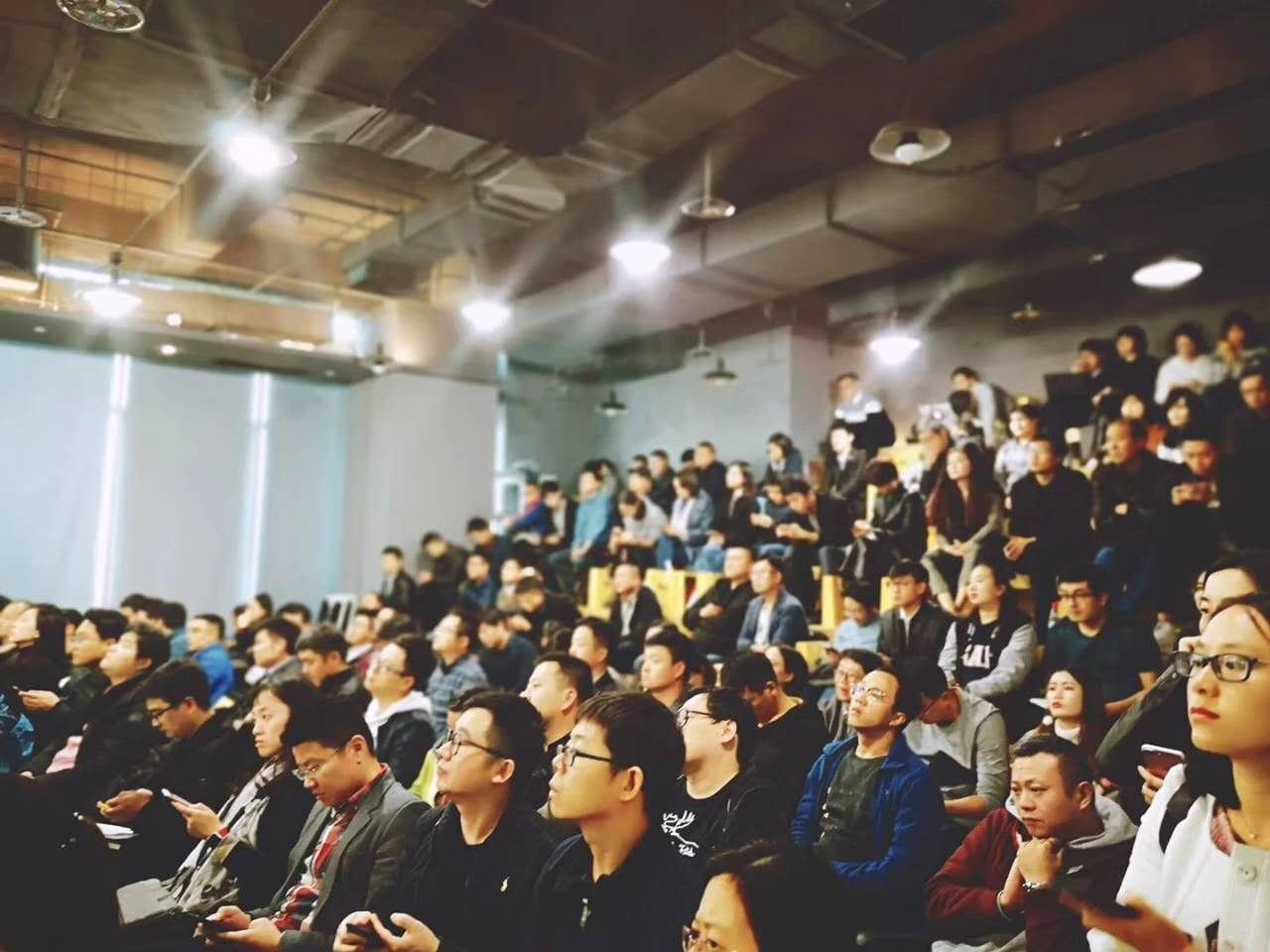 一次铅笔道沙龙上,座位上挤满了学习社区团购的观众。