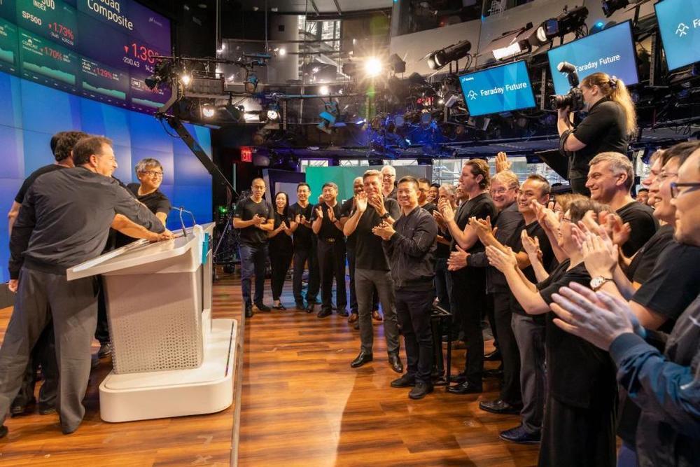 7月22日,FF在纳斯达克敲钟之时,作为创始人的贾跃亭和现任CEO毕福康一起站在台下。