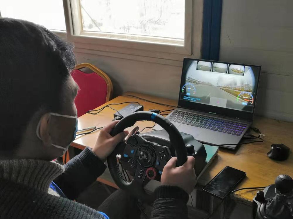 图为一清创新UDI无人车操作员远程驾驶模式