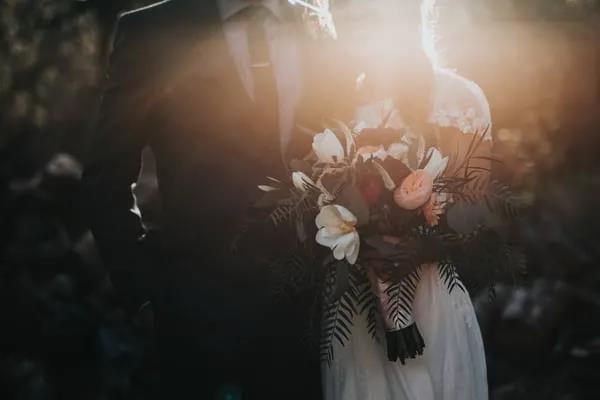 """线下婚礼告吹后 60%的95后开始""""发明""""云结婚 每天2.5小时"""
