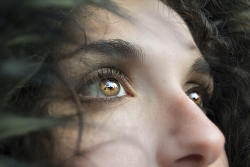 """口罩挡不住""""眼睛经济"""":假睫毛销量暴涨4成 美瞳品牌1年融2轮总额上亿"""