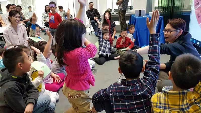 联合创始人吕宜伦向孩子们表演魔术。