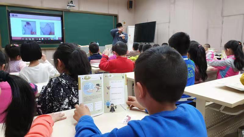 菁英魔法学院主要负责课件、课本、道具和教师培训。