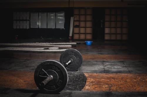 """健身房抗疫一线:一场20亿流量的""""云撸铁""""集体狂欢"""