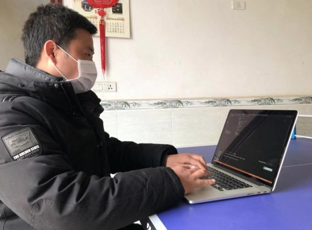 云知声技术人员在调试智能防疫机器人产品