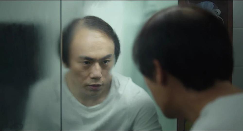 热播剧《隐秘的角落》中,张东升的秃头形象深入人心。